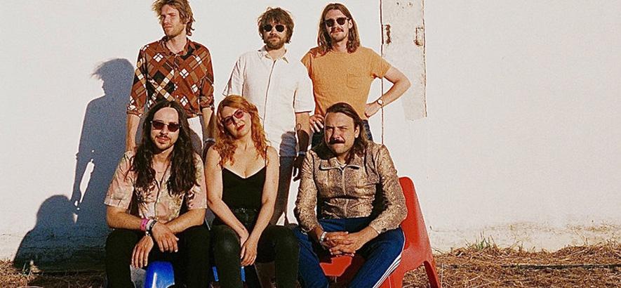 """Foto der Band Altın Gün, die überraschend ein neues Album namens """"Âlem"""" angekündigt hat."""