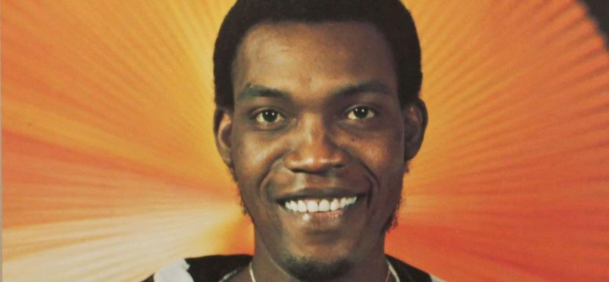 """Cover eines """"Greatest-Hits""""-Albums des jamaikanischen Sängers Desmond Dekker, der heute 80 Jahre alt würde. Sein Song """"007 (Shanty Town)"""" ist heute unser Track des Tages."""