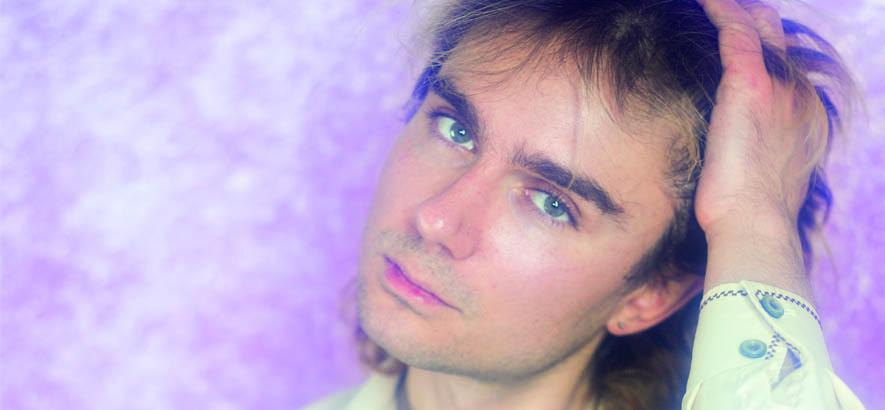 """Pressebild von John Moods. Sein Song """"Sensitive One"""" ist heute unser Track des Tages."""