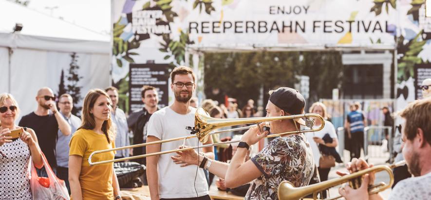 Foto von Besucher*innen des Reeperbahn Festivals, die Musikern zuhören
