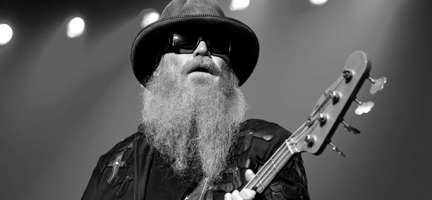 Schwarz-Weiß-Foto des Musikers Dusty Hill, Bassist der Bluesrock-Band ZZ Top, der im Alter von 72 Jahren gestorben ist
