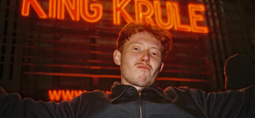 """Pressefoto von Archy Samuel Marshall aka King Krule, der mit """"You Heat Me Up, You Cool Me Down"""" ein Live-Album angekündigt hat."""