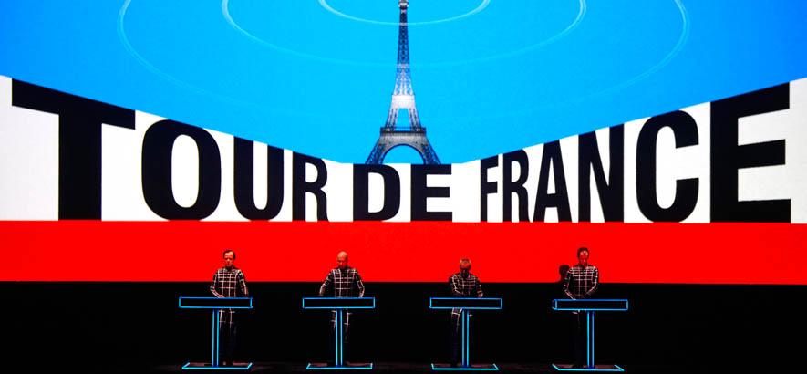 """Pressebild der Band Kraftwerk. Ralf Hütter, Gründungsmitglied und """"Audio Operator"""" der Gruppe, wird heute 75 Jahre alt """"Tour De France""""."""