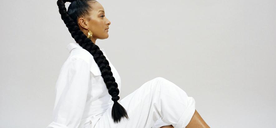 """Pressebild von Nubya Garcia, die ein Remix-Album mit dem Titel """"Source ⧺ We Move"""" angekündigt hat."""