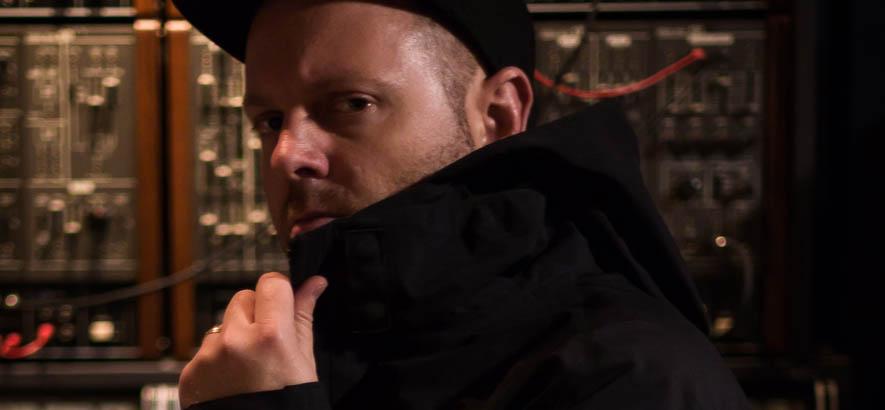 """Der US-amerikanische DJ und Produzent DJ Shadow im Studio. Sein Stück """"Building Steam With A Grain Of Salt"""" ist heute unser Track des Tages."""