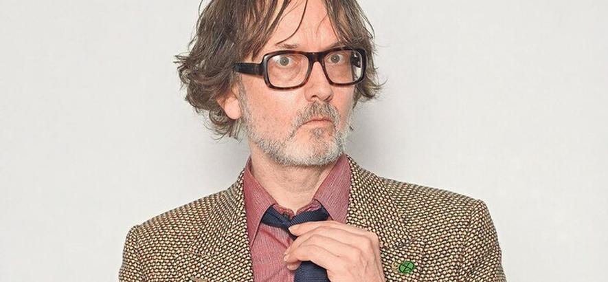 """Foto von Jarvis Cocker, der zum neuen Wes-Anderson-Film """"The French Dispatch"""" ein Begleitalbum namens """"Chansons D"""