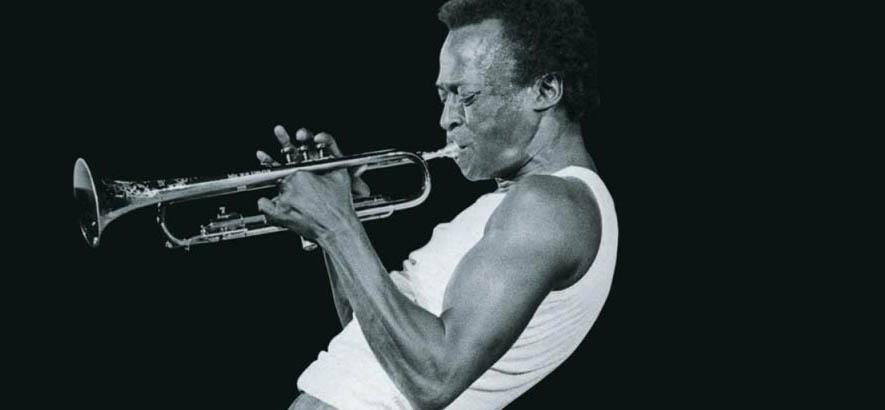 """Cover des Albums """"A Tribute To Jack Johnson"""" von dem Jazz-Trompeter Miles Davis. Zum 30. Todestag von Miles Davis ist seine Aufnahme """"Duran – Take 4"""" unser Track des Tages."""