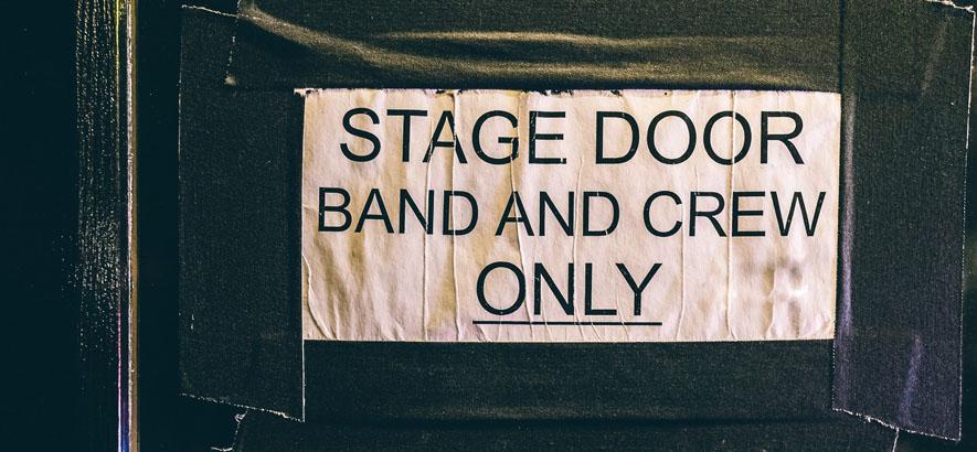 Bild eines Zettels auf dem steht: Stage Door - Band And Crew Only.