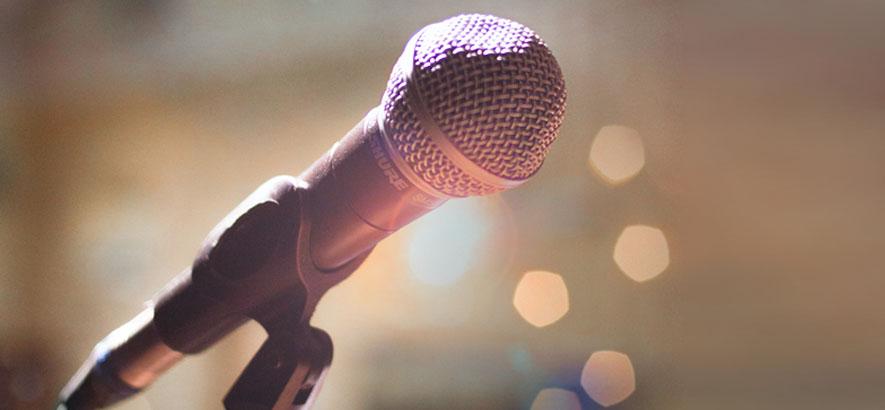 Foto eines Mikrofons im Scheinwerferlicht