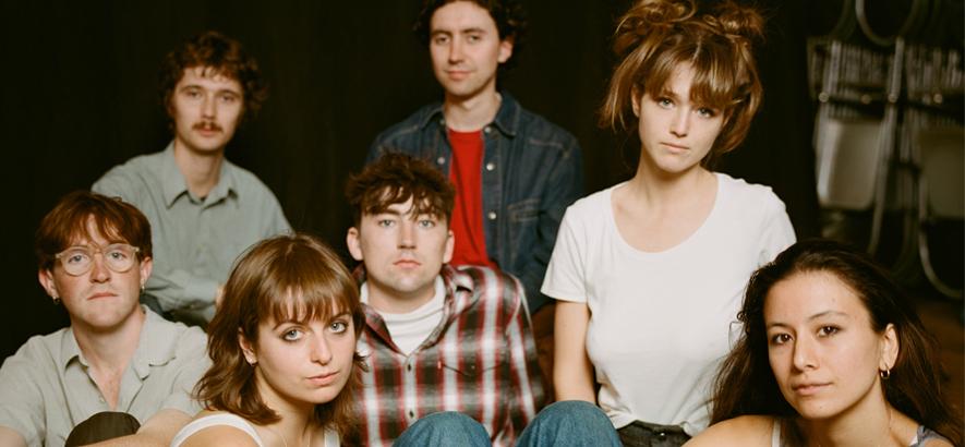 """Foto der britischen Post-Punk-Band Black Country, New Road, die mit """"Ants From Up There"""" ein neues Album angekündigt hat."""