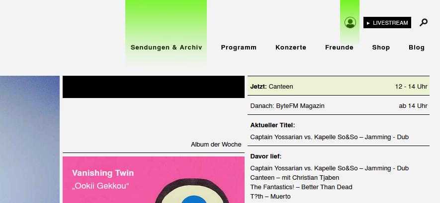 Screenshot der ByteFM Website, mit grün markierten Änderungen.