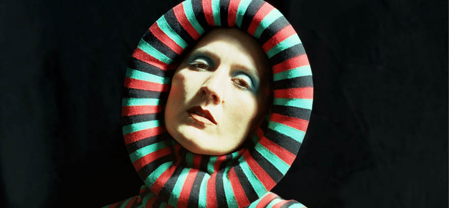 """Pressebild der walisischen Sängerin Cate Le Bon, deren Song """"Running Away"""" heute Track des Tages by ByteFM ist."""