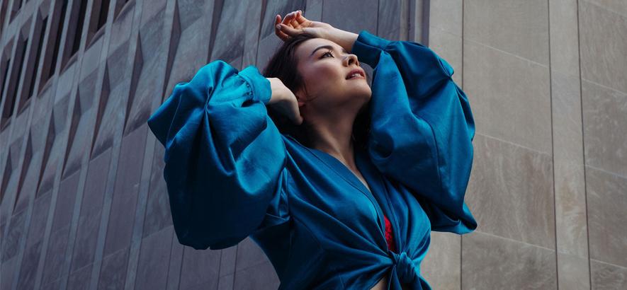"""Foto der japanisch-US-amerikanischen Musikerin Mitski, die eine neue Single namens """"Working For The Knife"""" herausgebracht hat."""