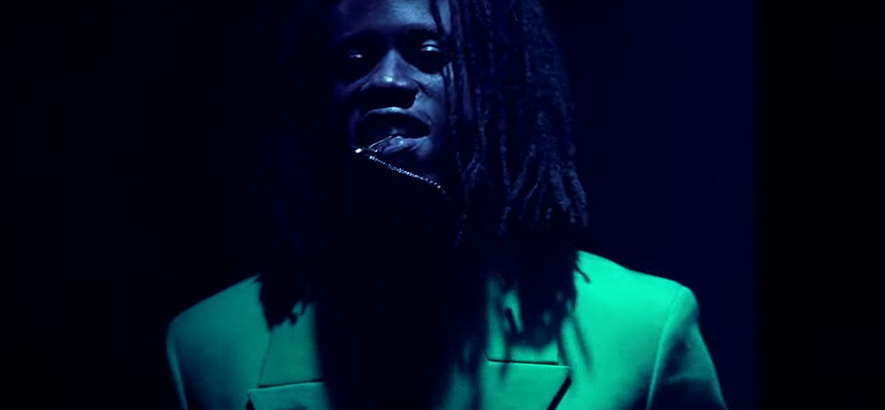 """Filmstill aus dem Musikvideo von Obongjayar – """"Message In A Hammer""""."""