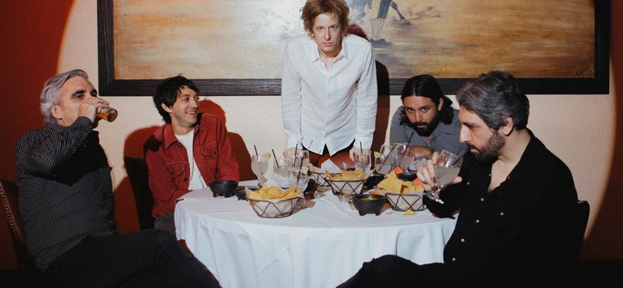 """Pressebild der Band Spoon, die mit """"Lucifer On The Sofa"""" ein neues Album angekündigt hat."""