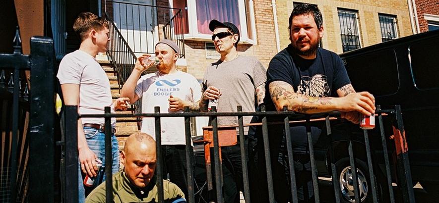 Foto der schwedischen Post-Punk-Band Viagra Boys, deren Gitarrist Benjamin Vallé  47-jährig gestorben ist.